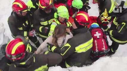 Mulher e criança são resgatados dos escombros de hotel atingido por avalanche na Itália