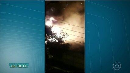 Fábrica de papel pega fogo em Guarulhos