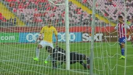 Defesa e trave! Paulinho desvia cobrança de falta, goleiro defende e a bola ainda acerta a trave, aos 46 do 1º tempo