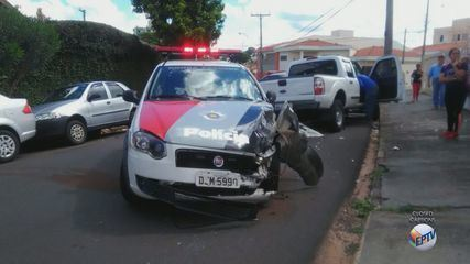 Acidente com viatura da PM deixa dois policiais feridos em São Carlos, SP