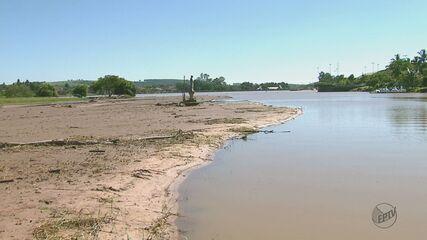 Represa tomada por terra preocupa moradores de Santa Cruz da Conceição, SP
