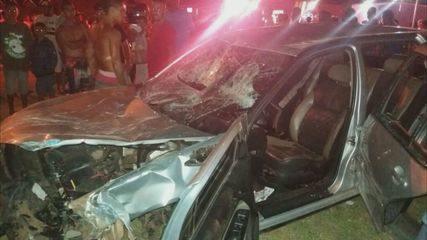 Motorista perde o controle do carro e atropela dois homens em Leme, SP
