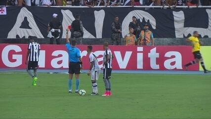 Cartão vermelho! Marcelo para contra-ataque e recebe segundo amarelo aos 18' do 2º Tempo