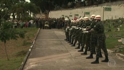 Corpos dos recrutas que morreram afogados durante treinamento do Exército são enterrados