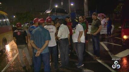 Motoristas do transporte especial bloqueiam via em Manaus