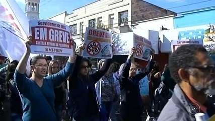 Protesto contra as reformas do governo federal reúne manifestantes no centro de Assis