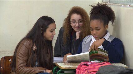 Falta de livros didáticos nas escolas estaduais prejudica milhares de alunos