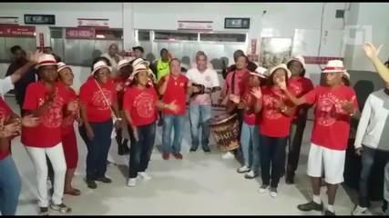 Sambistas cantam no velório de Almir Guineto na quadra do Salgueiro