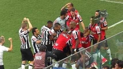 Gol do Galo! Elias invade a área e solta a bomba para marcar o segundo do Atlético-MG