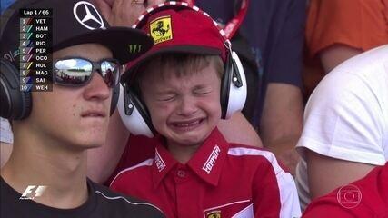 Pequeno torcedor da Ferrari chora o problema no carro de Kimi Raikkonen no GP da Espanha