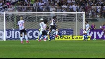 Gol do Atlético-MG! Fred aproveita cruzamento e cabeceia para marcar, aos 16' do 1º tempo