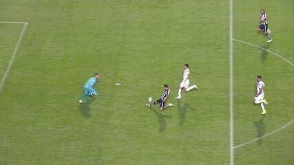 Pimpão rouba a bola, avança, mas resolve tocar para Roger e perde chance aos 14 do 1º