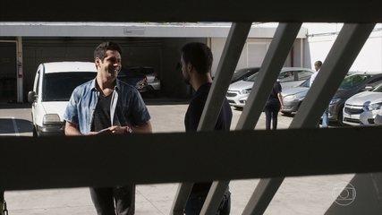 Agnaldo aluga uma van para o roubo no hotel