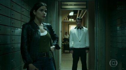 Júlio acompanha Antônia nas dependências do hotel