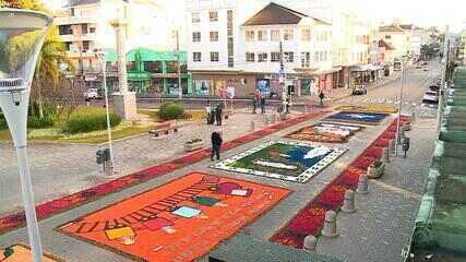 Tapetes de Corpus Christi decoram as ruas de Flores da Cunha, RS