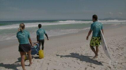 Paulinho Vilhena começa a ajudar nas aulas de surfe