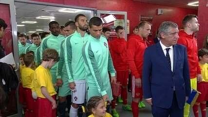 Cristiano Ronaldo brinca e presenteia mascote cadeirante antes de jogo contra a Rússia