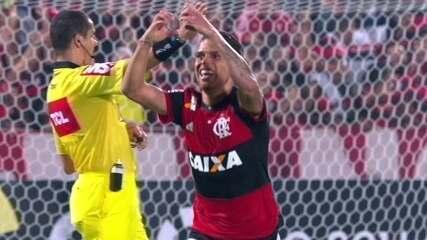 Gol do Flamengo! Cuéllar acerta lindo chute de fora da área e marca, aos 42' do 2º T