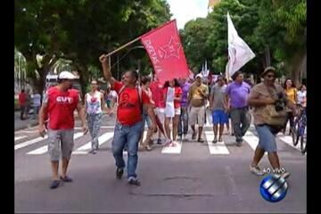 Manifestantes saem em caminhada pelas ruas do centro de Belém em protesto nesta sexta (30)