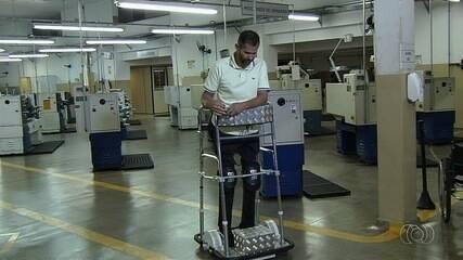 Após pedido de paraplégico, estudantes desenvolvem andador vertical motorizado em Goiânia