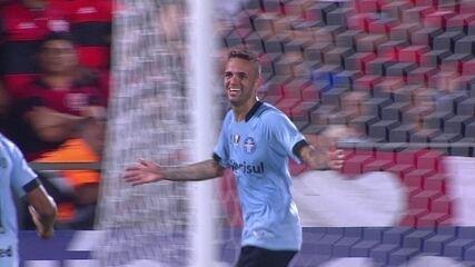 Gol do Grêmio! Luan tabela com Barrios e chuta rasteiro para marcar aos 25 do 1º tempo