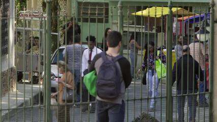 Teaser 'Pega Pega' 24/7: Malagueta, Agnaldo e Sandra Helena observam Júlio com uma mala