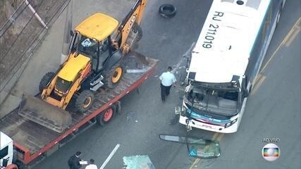 Acidente grave entre ônibus e caminhão em Niterói