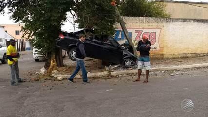 Carro vai parar entre poste e árvore em acidente no interior