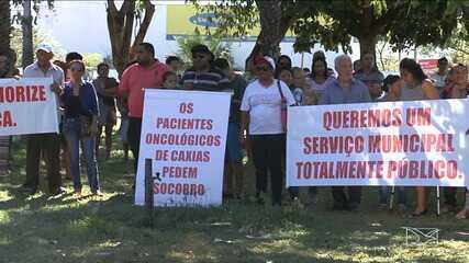 Pessoas com câncer e parentes de pacientes realizam manifestação por centro oncológico