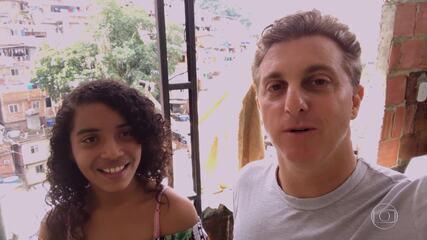 Luciano Huck vai até a Rocinha para realizar o sonho da menina Anna Paulla