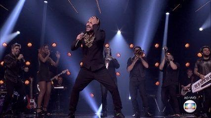 Eduardo Sterblitch canta 'Faraó Divindidade do Egito' e agita plateia