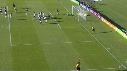 Adilson cabeceia para o gol, mas bandeirinha marca impedimento, aos 6' do 1º T