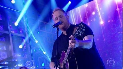 Gavin James canta mais um sucesso no 'Domingão'