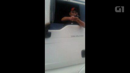 Caminhoneiro atira contra policiais militares em posto de combustíveis de Carambeí (PR)