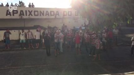 Torcida do Santa Cruz invade o Arruda para protestar