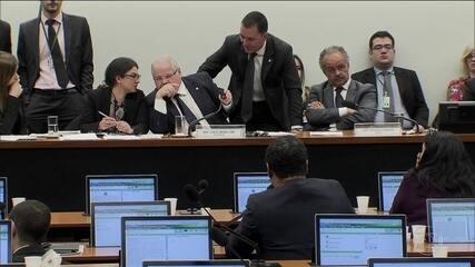 """Comissão da reforma política aprova """"distritão"""" para eleição de deputados"""