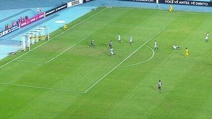 Arnaldo arranca, mas Paulo Victor sai do gol para defender, aos 18' do 2º Tempo