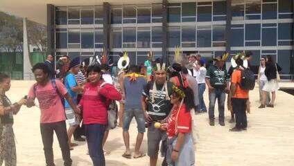 Índios comemorando 'vitória' no STF após julgamento