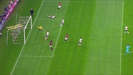 Tréllez recebe na área e chuta cruzado para marcar contra o Corinthians