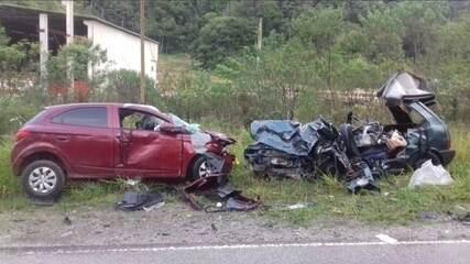 Quatro pessoas morrem e duas ficam feridas em colisão frontal em Nova Trento,SC
