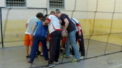 Joga com a Gente: penitenciária tem dia de vôlei com campeão olímpico