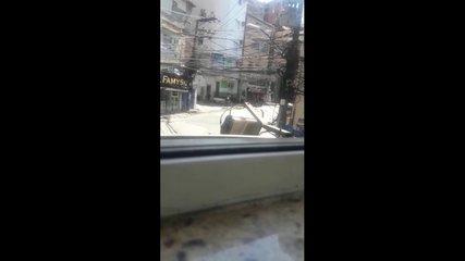 Policiais da UPP Rocinha filmam traficantes roubando carro