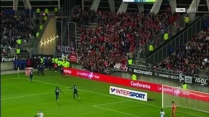 Após gol do Lille, parte de arquibancada cai e deixa torcedores feridos na França