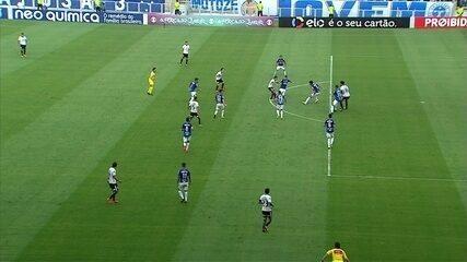 Kazim recebe na área e toca para o gol, mas em impedimento, aos 42' do 1º tempo