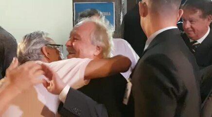 Wagner Pires de Sá, novo presidente do Cruzeiro, recebe cumprimentos na saída da sede