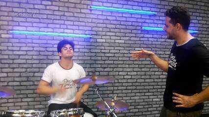 Lucas Veloso e Thiago Pereira arrasam tocando bateria