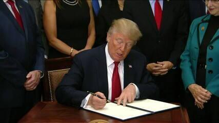 Trump assina decreto enfraquecendo Obamacare e ameaça retirar ajuda a Porto Rico