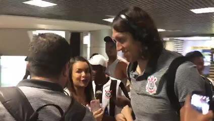 Cássio e Pedrinho são cercados por torcedores no desembarque na Bahia
