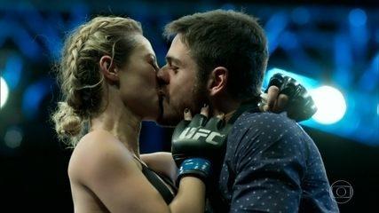 Jeiza ganha luta e recebe beijo de Zeca