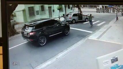 Câmera mostra momento em que bandidos roubam carro do goleiro Jefferson